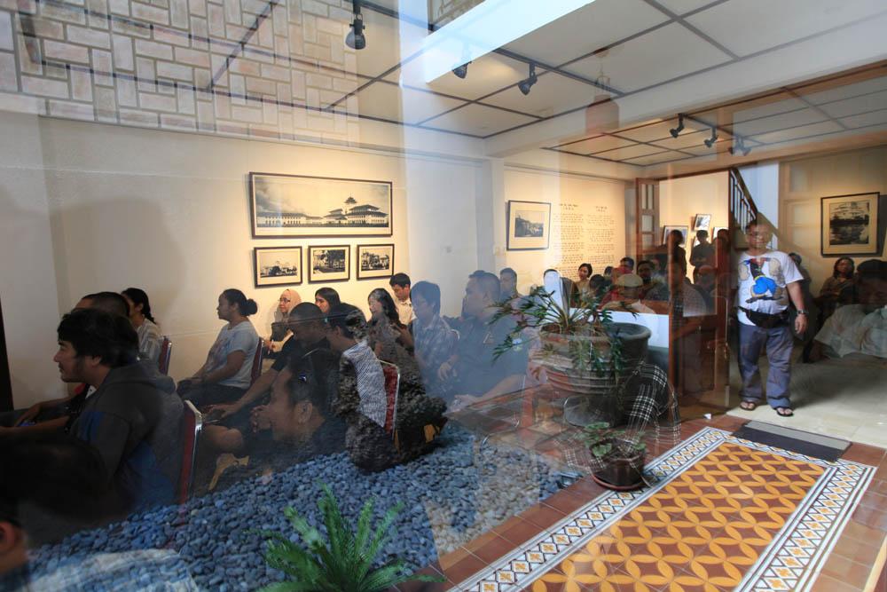 diskusi pameran foto art deco kiwari