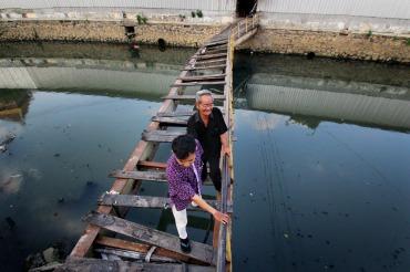 48 Agung Ananto Nugroho_Menggandeng Kakek Melewati Jembatan Rusak_085727103067