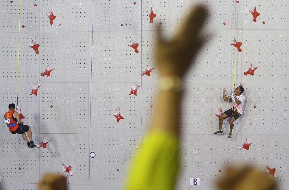 Atlet panjat tebing Indonesia, Yulianto Abu Dzar melakukan selebrasi  setlah mengalahkan regu China Li Jinxin pada babak semi final speed relay putra Asian Games 2018 di Arena Panjat Tebing Jakabaring,Palembang,Sumatera Selatan, Senin (27/8)