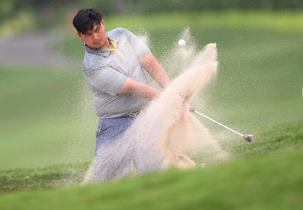 Pegolf  putra Brunei Darussalam, Mohammad Aritz Maldini  melakukan pukulan saat mengikuti babak penyisihan Golf beregu dan perorangan Putra dan Putri Asian Games 2018 hari kedua di lapangan Golf Pondok Indah, Jakarta Selatan, Jumat (24/8).