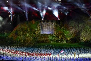 Kontingen Indonesia berparade melintas podium kehormatan pada Upacara Pembukaan Asian Games ke-18 Tahun 2018 di Stadion Utama GBK, Jakarta, Sabtu (18/8).