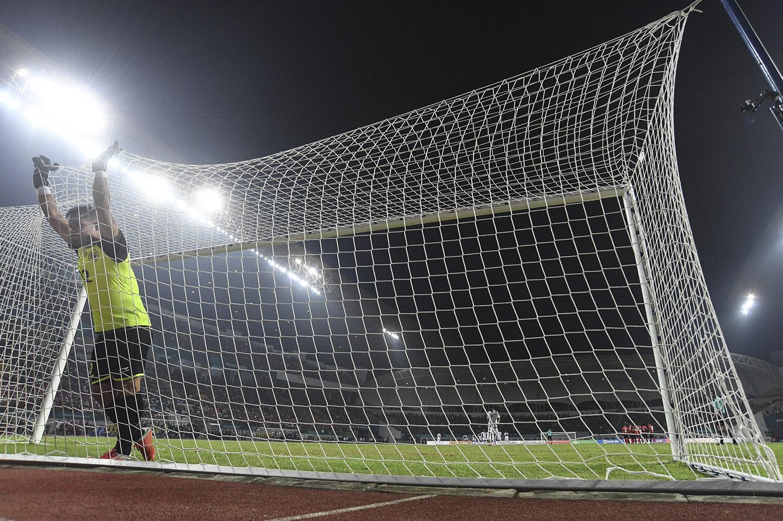 Penjaga gawang Indonesia Andritany Ardhiyasa bersiap menghadapi adu penalti saat bertanding melawan tim sepak bola Uni Emirat Arab pada babak 16 besar Asian Games ke-18 di Stadion Wibawa Mukti, Cikarang, Jawa Barat, Jumat (24/8).