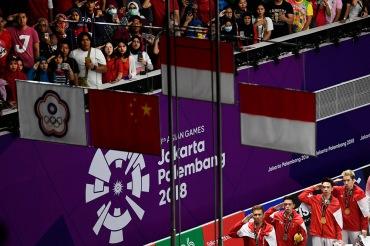 Peraih medali emas pebulu tangkis ganda putra Indonesia Kevin Sanjaya Sukamuljo (kedua kanan)-Marcus Fernaldi Gideon (kanan), dan peraih medali perak pebulu tangkis Indonesia Muhammad Rian Ardianto (kedua kiri)-Fajar Alfian (kiri), bersama penonton member