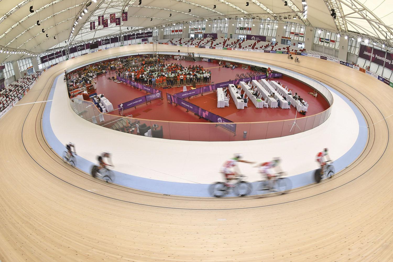 Sejumlah atlet balap sepeda sedang berlatih saat berlangsungnya sholat Jumat di dalam track di Velodrome Rawamangun, Jakarta, Jumat (31/8).