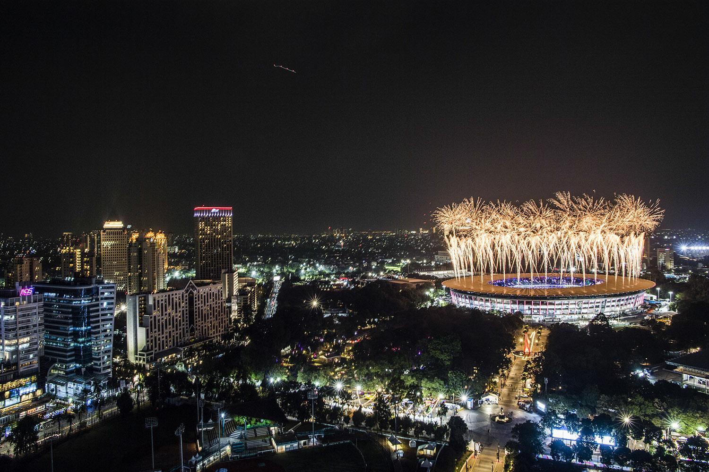 Pesta kembang api menyemarakkan Upacara Pembukaan Asian Games ke-18 di Stadion Utama GBK, Senayan, Jakarta