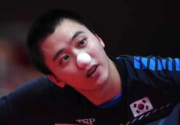 Petenis meja Korea Selatan Jeoung Young Sik melakukan servis ke arah lawannya petenis meja Iran Alamiyan Daronkolaei Noshad pada babak penyisihan tunggal putra Tenis Meja Asian Games 2018 di JIExpo Kemayoran, Jakarta, Jumat (31/8).
