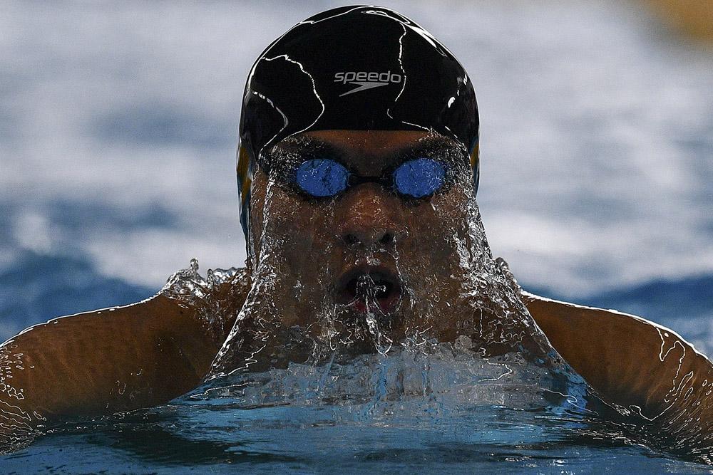 Perenang Hong Kong To Kenneth King Him memacu kecepatannya dalam penyisihan 200 meter Gaya Ganti Putra Asian Games ke-18 Tahun 2018 di Aquatic Center, Gelora Bung Karno, Jakarta, Senin (20/8).